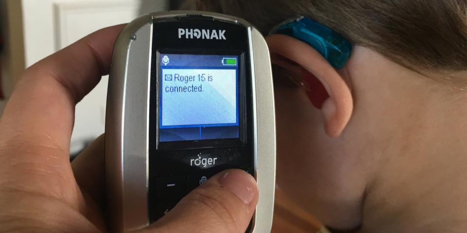 el teléfono muestra un mensaje de que Roger está conectado al audífono