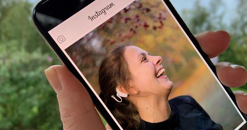 Bild på tjej i mobiltelefon