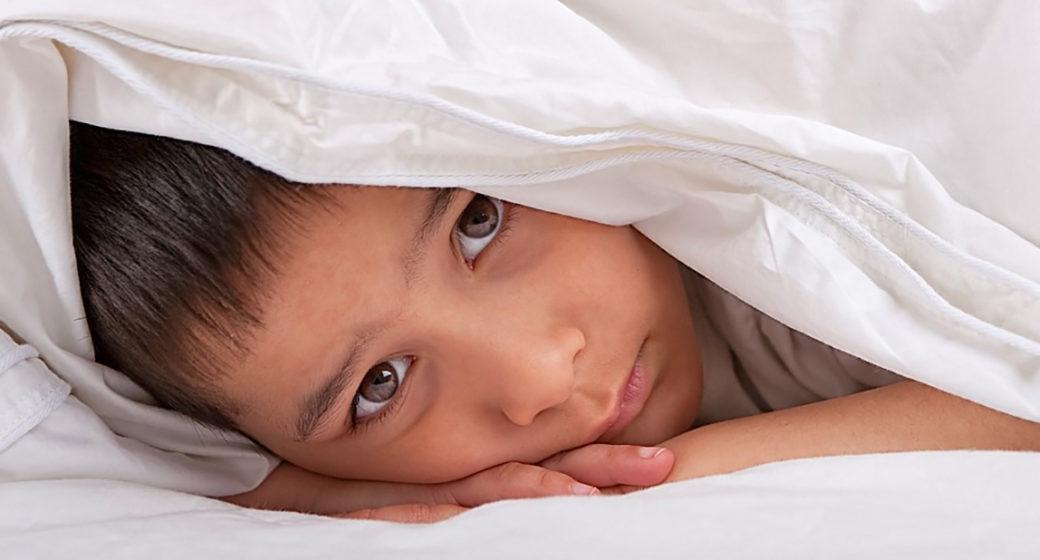 Pojke under täcke